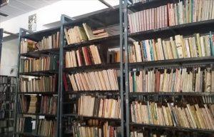 ベアフットカレッジの図書館は世界中からの訪問者の寄付によって書籍が集められている