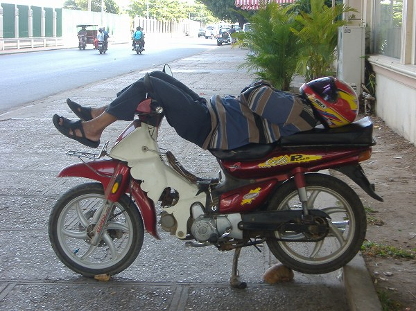 Sleeping Moto Driver in Phnom Penh (Photographed in 2009 by Ippei Tsuruga)
