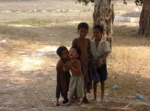 写真: お寺の子供たち。3月26日撮影 (2006年 THE POVERTIST / Ippei Tsuruga)